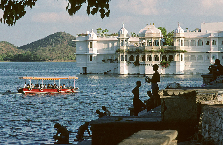 Touristenboot am Wasserschloss in Udaipur - Rajasthan 20