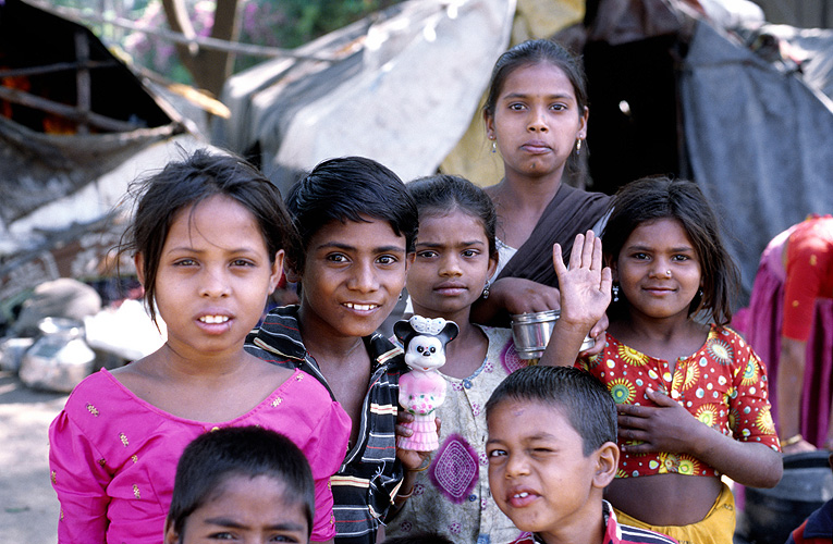 Kinder in einem Slum in Pune